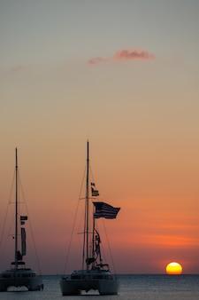 Jacht in de zee tijdens zonsondergang