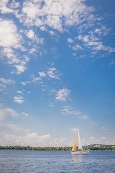 Jacht op een heldere zonnige dag op het blauwe water van de rivier.
