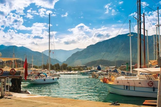 Jacht parkeren op bergen achtergrond met blauwe lucht en wolken. middellandse zee. kalkoen.