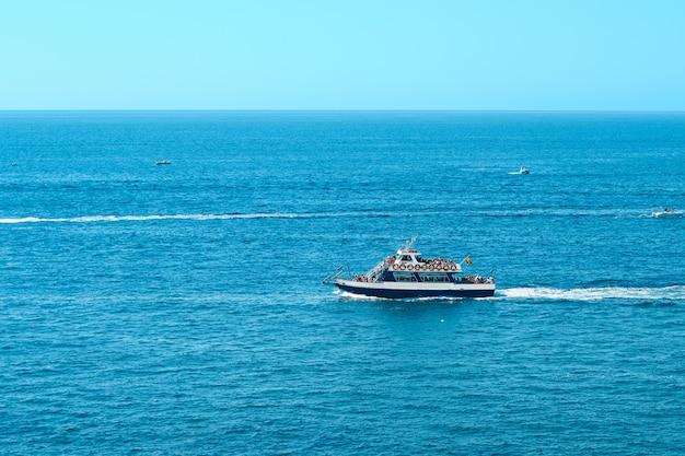 Jachtboot op zeewater.