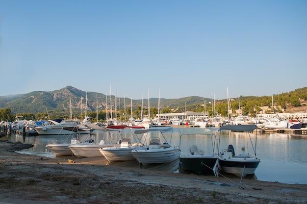 Jachtclub bij zonsondergang, parkeren voor boten