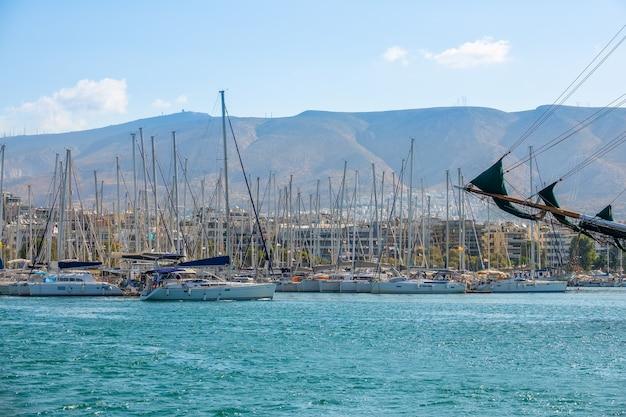 Jachtclub op een zonnige zomerdag. veel jachten onder de vlag van verschillende landen