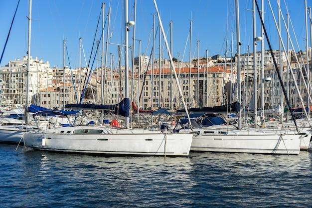 Jachten die in haven bij zonnige dag in oude haven parkeren