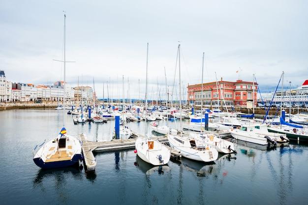 Jachten en boten in de stadshaven van a coruna in galicië, spanje