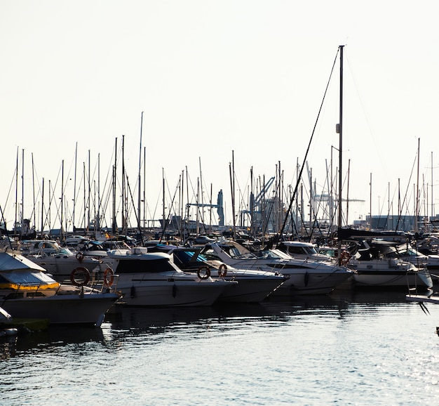 Jachten en zeilboten in de haven