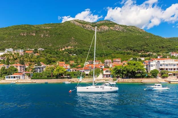 Jachten in de buurt van de adriatische kust in de baai van kotor, montenegro.