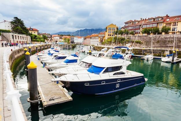 Jachten in de jachthaven van de stad llanes, provincie asturië in noord-spanje