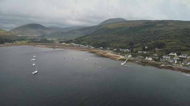 Jachten schepen op groene berg op oceaan baai kust luchtfoto niemand natuur met serene zeegezicht water