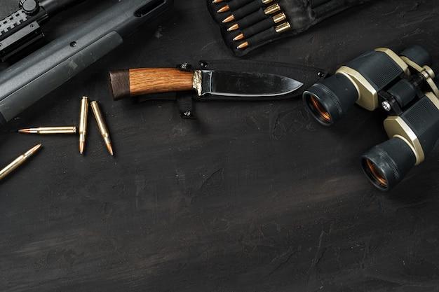 Jachtgeweer en patronen op donker houten