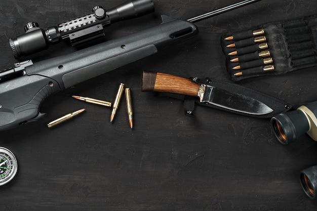 Jachtgeweer en patronen op donkere houten achtergrond