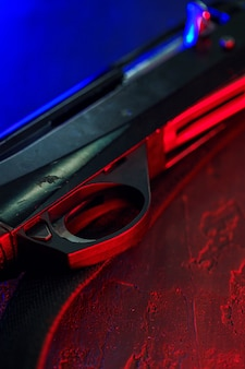 Jachtgeweer op zwarte achtergrond met rode en blauwe achtergrondverlichting