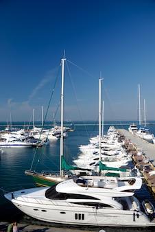 Jachthaven, jachten op een anker in de haven