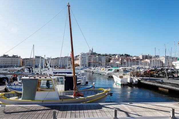 Jachthaven met jachten in marseille op een heldere zonnige dag.