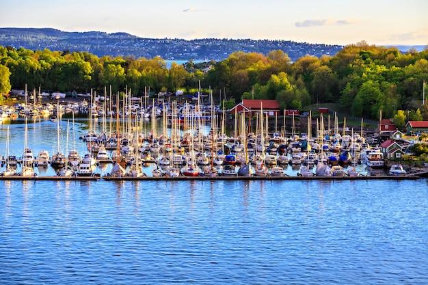 Jachthaven met veel boten en zeilboten, noorwegen