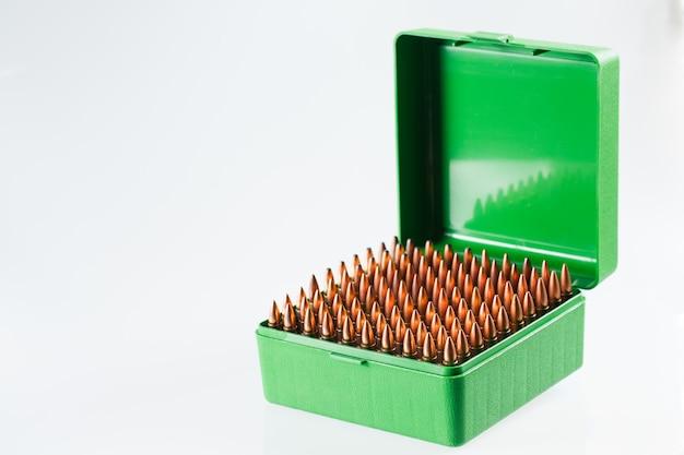 Jachtpatronen in een plastic doos. bullet opbergdoos.