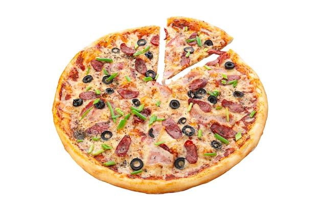 Jachtpizza. roomsaus, mozzarella kaas, ingemaakte augurken, olijven, jachtworstjes, cervelat, oregano. witte achtergrond. geïsoleerd. detailopname.