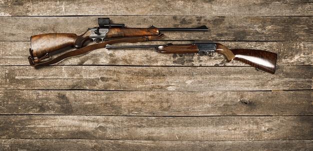 Jachtwapen op donkere houten backgorund bovenaanzicht
