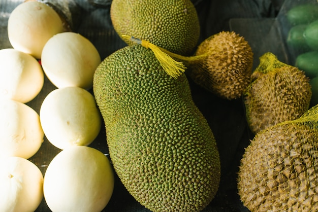 Jack fruit en durian in een etalage