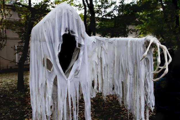 Jacks geest op een lantaarn met een benige hand in een gescheurde lijkwade voor halloween-feest