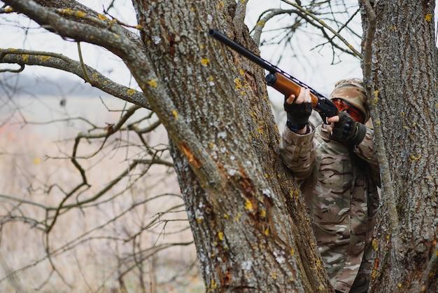 Jager in uniform met een jachtgeweer