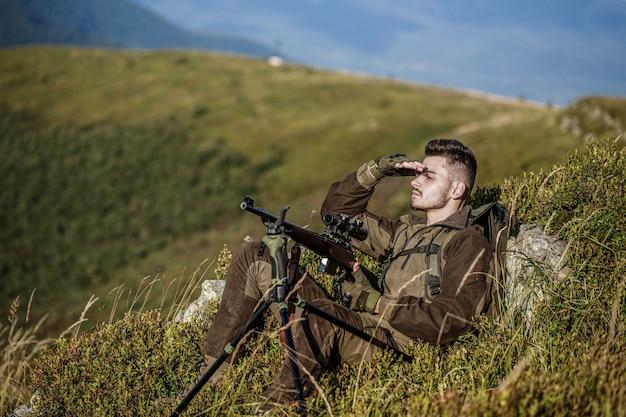 Jager met jachtgeweer en jachtvorm om te jagen.