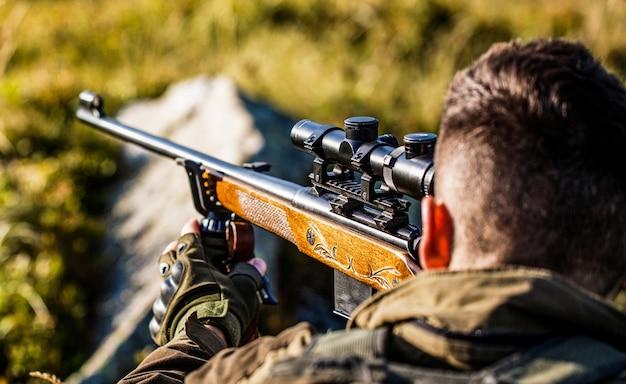 Jager met jachtgeweer en jachtvorm om te jagen