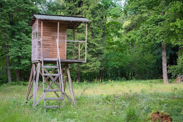 Jagershut in het bos langs de weg. hunter-toren of wachtpost in de wildernis.