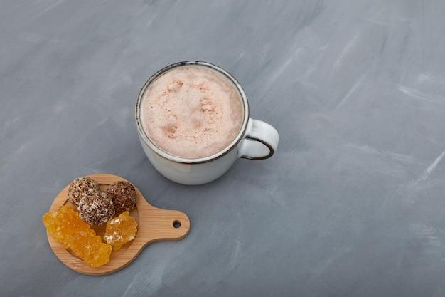 Jaggery chai het is populaire zoete thee van indiase melk.