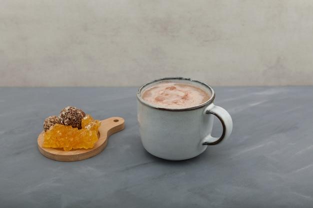Jaggery chai in keramische beker.