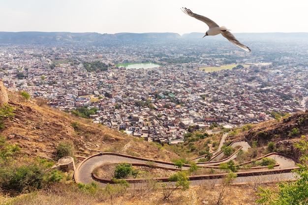 Jaipur skyline en de weg naar nahargarh fort, india.