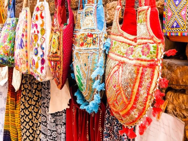 Jaisalmer, india. mooie tassen te koop bij de straatwinkel.