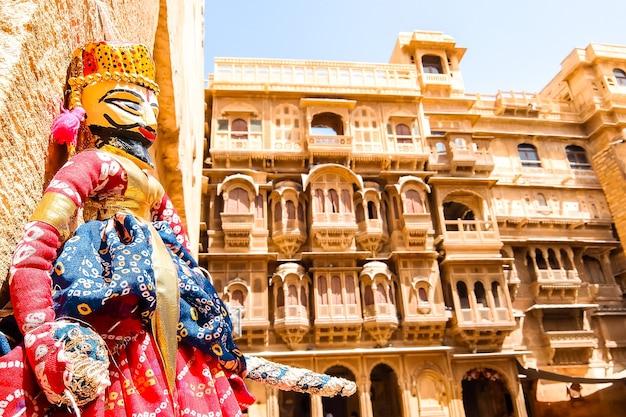 Jaisalmer india traditionele rajasthani-poppen kathputli in de straatwinkel