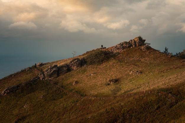 Jaizkibel berg naast de baskische kust met de atlantische oceaan