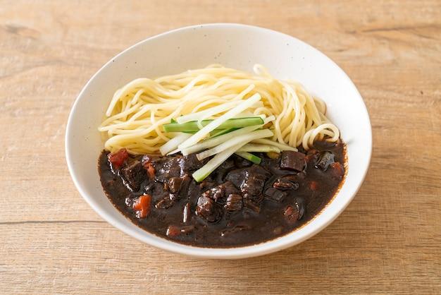 Jajangmyeon of jjajangmyeon is koreaanse noodle met zwarte saus - korean food style