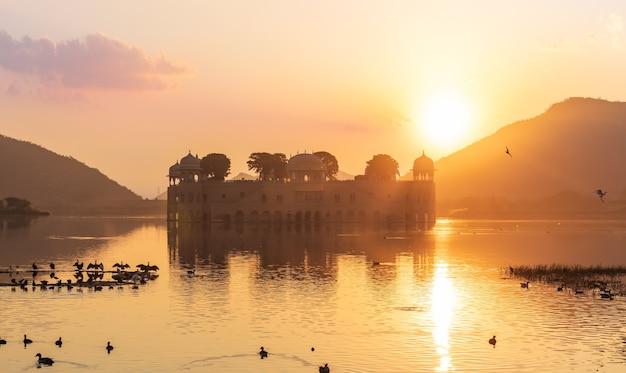 Jal mahal palace bij zonsopgang, india, jaipur, het man sagar-meer.