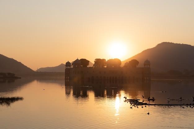Jal mahal palace in het man sagar-meer, zonsopgangsilhouet, jaipur, india.