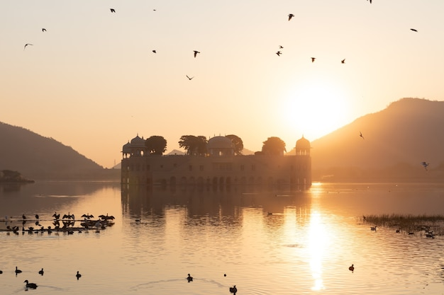 Jal mahal, waterpaleis in jaipur, rajasthan in india, uitzicht op de zonsopgang.