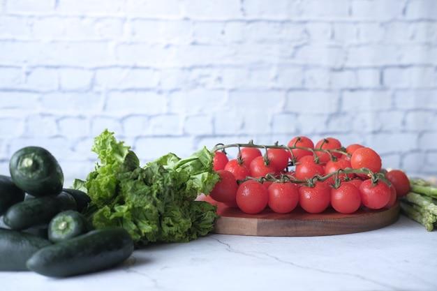 Jalapeno pepers asperges cherry tomaat sla op snijplank