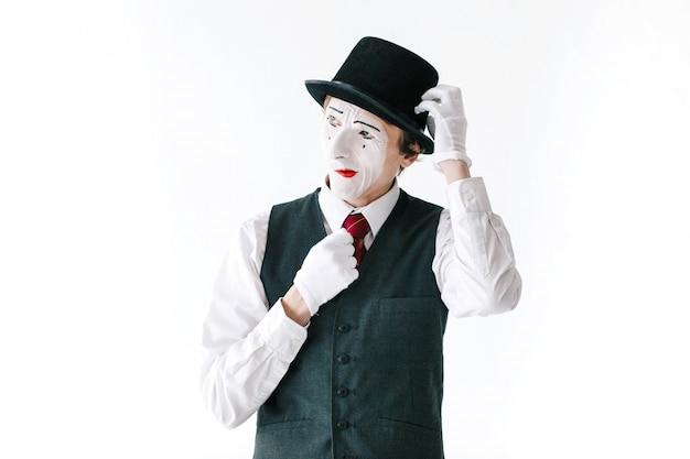 Jaloerse mime fixeert zijn hoed