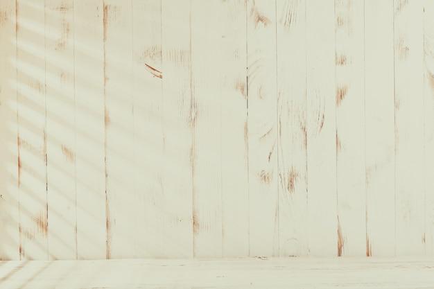 Jaloezieën zonlicht op de armoedige houten muur