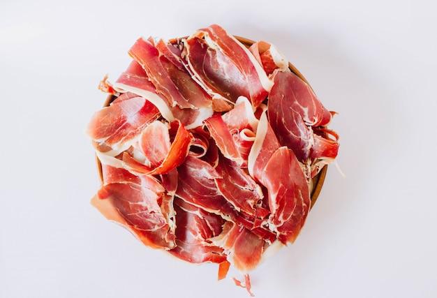 Jamon bovenaanzicht. heerlijke curatorham typisch uit spanje. in italië staat bekend als prosciutto.