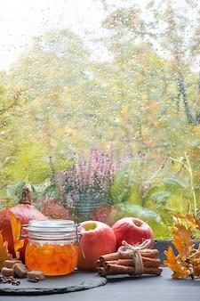 Jampot en ingrediënten op het raam bord op een regenachtige dag