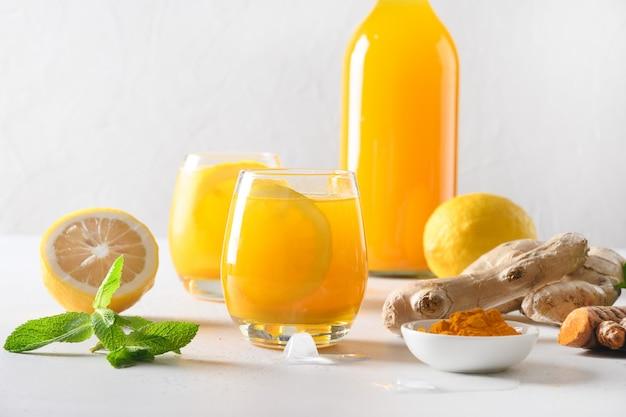 Jamu indonesische kruidendrank met natuurlijke ingrediënten kurkuma, gember, citroen.