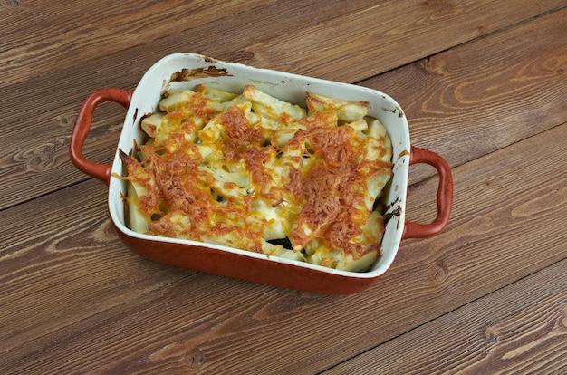 Janssons frestelse - traditionele zweedse braadpan gemaakt van aardappelen, uien, ingelegde sprot