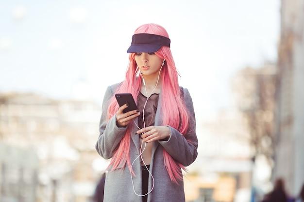 Japan anime cosplay. mode aziatisch meisje buitenshuis.
