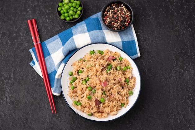 Japan ontslagen rijst met erwten en eetstokje