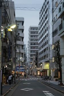 Japan stad 's nachts met licht en mensen
