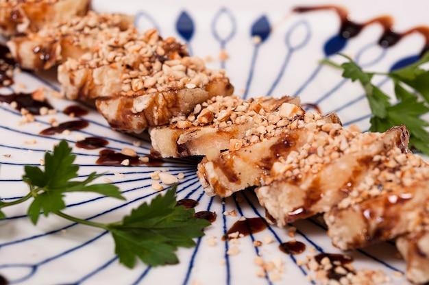 Japans eten, aziatische maaltijd, gegrilde sushi met banaan