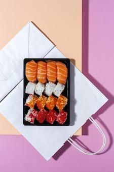 Japans eten concept. geassorteerde sushi meenemen in doos. om te gaan. levering. zeevruchten