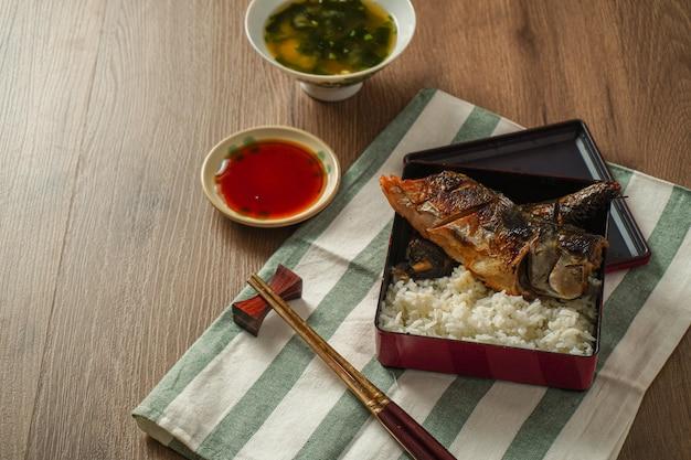 Japans eten, gegrilde saba of makreel met zoete saus geserveerd met miso-soep